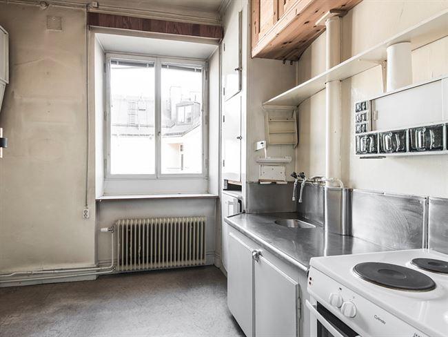 Lägenheten ligger på Nybrogatan i Stockholm och har två rum och kök, på totalt 45 kvadratmeter. Foto: Elisabeth Daly